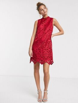 Hoogsluitende mini-jurk met uitsnijdingen in rood