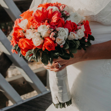 Bruiloft inspiratie: deze bruiloftsgasten dragen oude bruidsjurken!